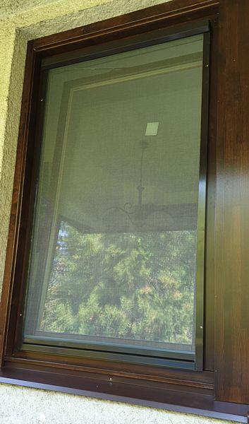 Rolós szúnyogháló fa ablakon