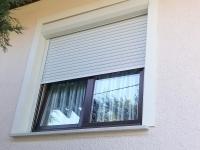 Redőnyös barna fa ablak