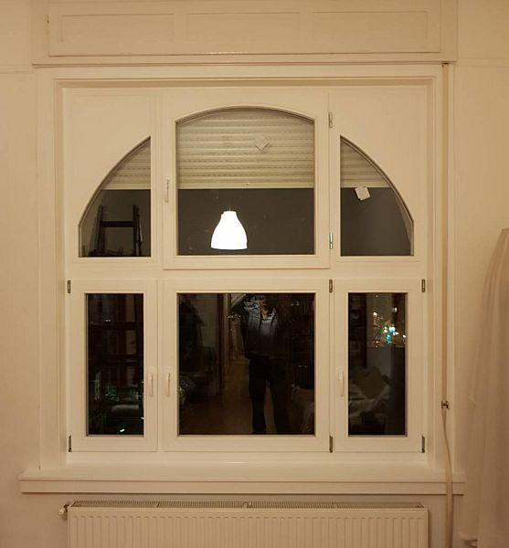 Fa ablak íves nyílóval